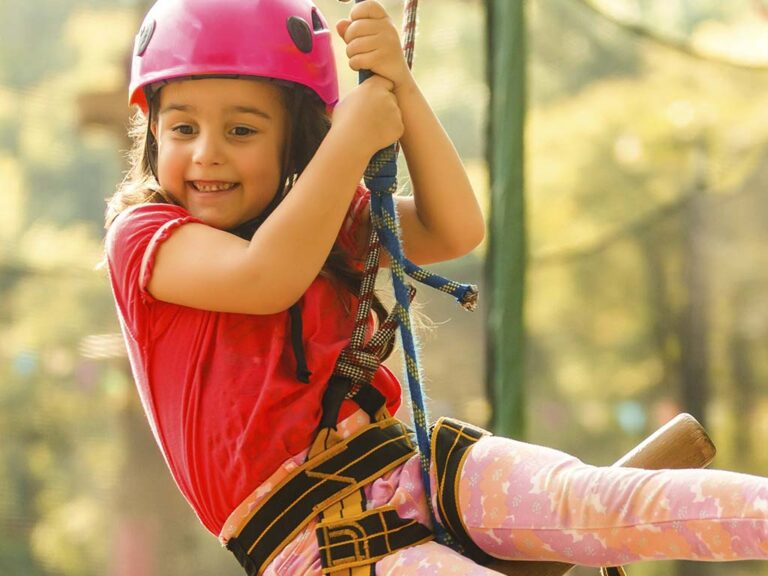 pige i klatrepark