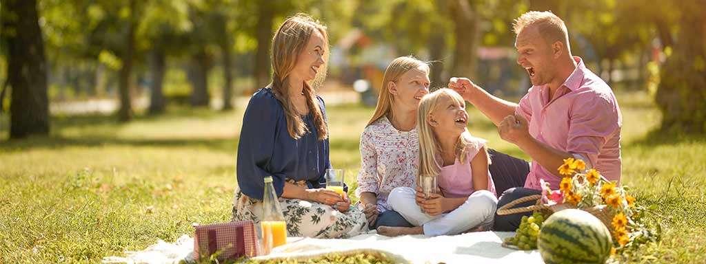 Familie spiser medbragt mad
