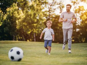 Far og søn spiller fodbold golf