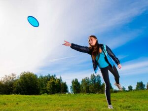 Pige spiller disc golf i Nature Park